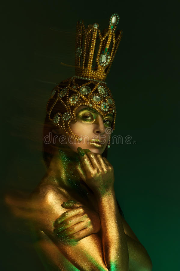 Prinsessa Frog, med kroppkonst och den original- handgjorda guld- kronan royaltyfri bild
