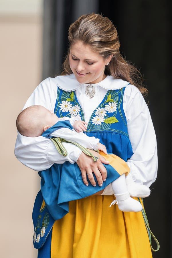 Prinsessa Madeleine av Sverige med prinsessan Leonore i henne armar a arkivfoton
