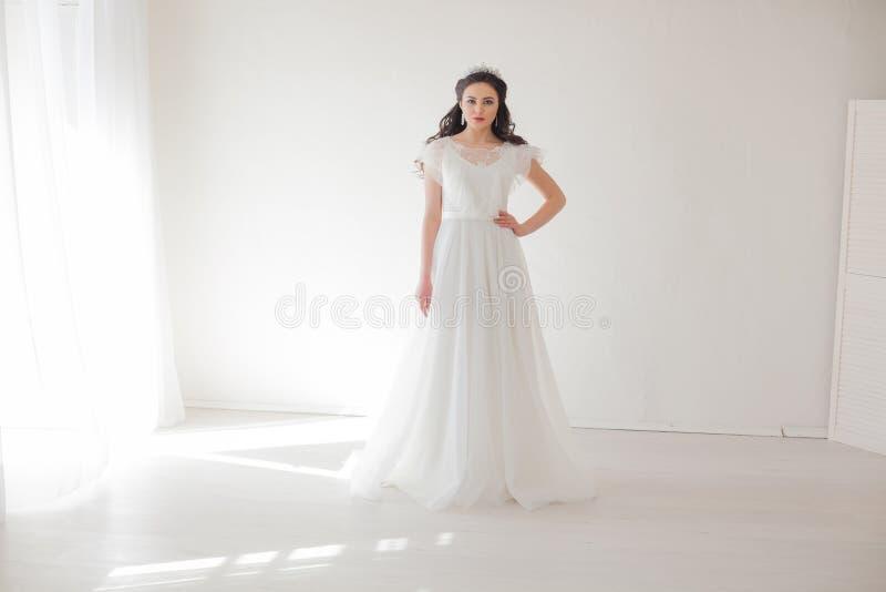Prinsessa med en krona i den vita klänningen bruden royaltyfria bilder