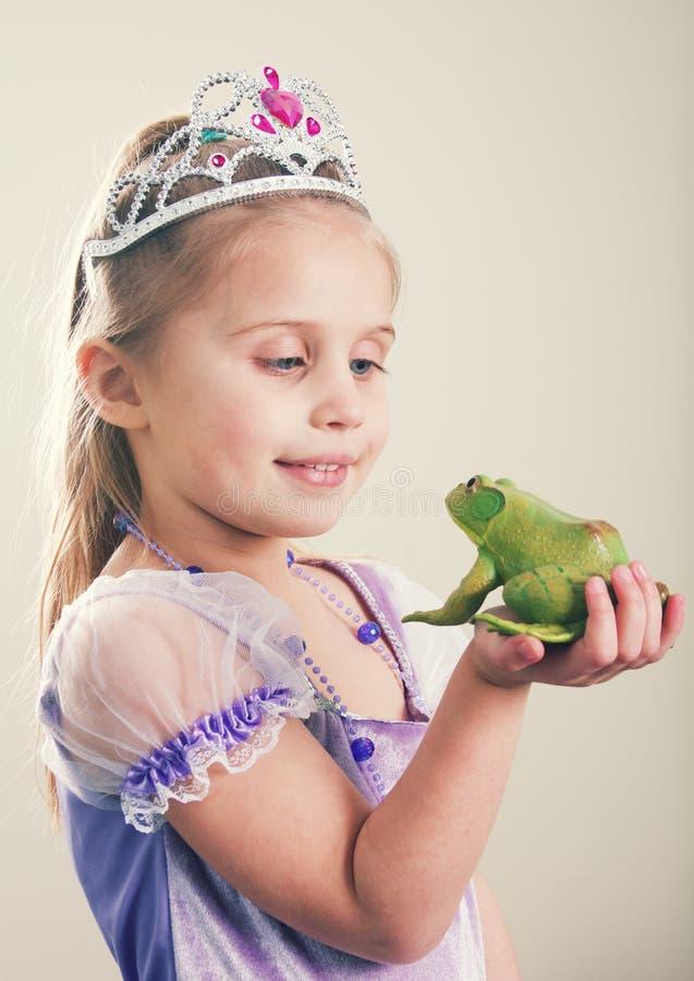 Prinsessa- och grodabegrepp arkivbilder