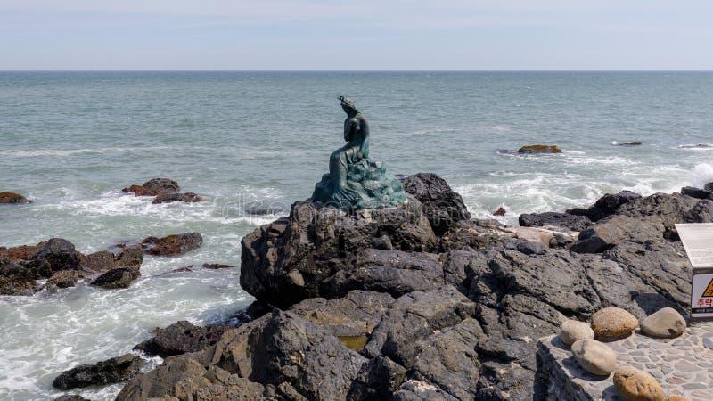 Prinsessan Hwagok Mermaid Statue i Dongbaek parkerar i den Busan staden arkivfoton