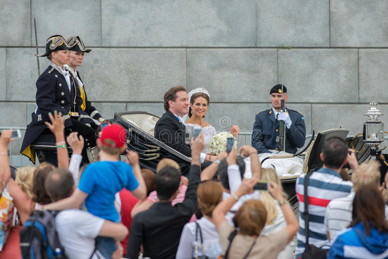 Prinsessan Madeleine och Chris O'Neill rider i en vagn på vägen till Riddarholmen efter deras bröllop i Slottskyrkan royaltyfria bilder