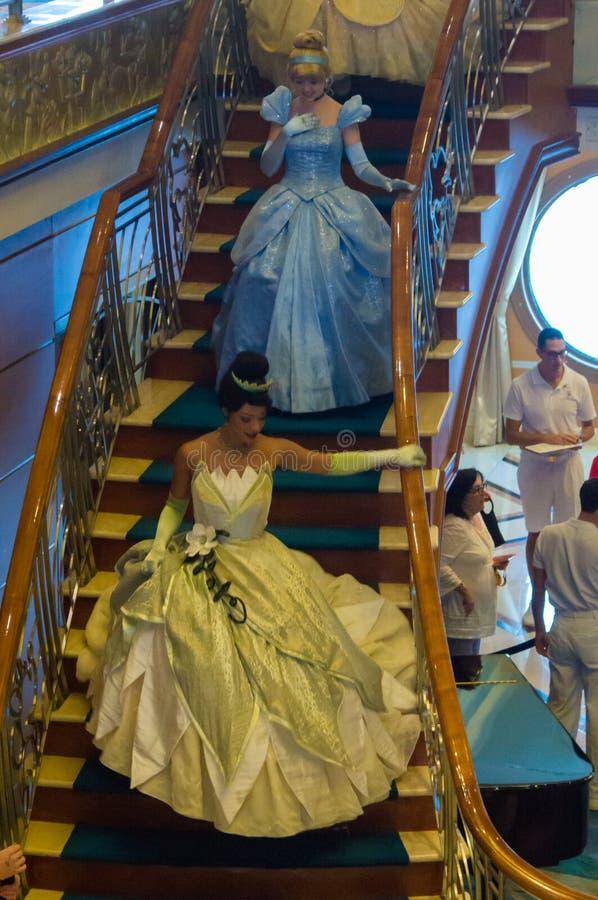 Prinsessen die onderaan de trap gaan stock afbeeldingen