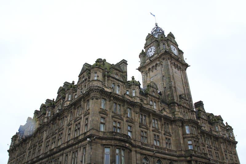 Prinsgata med det Balmoral hotellet med tornet och klockan, Edinburg Skottland fotografering för bildbyråer
