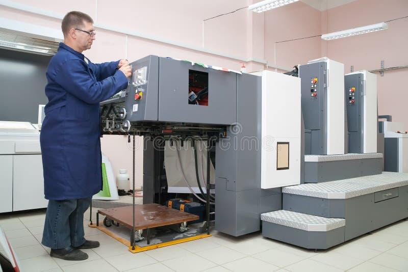 Printer die bij zijn nieuwe compensatiemachine werkt stock afbeelding