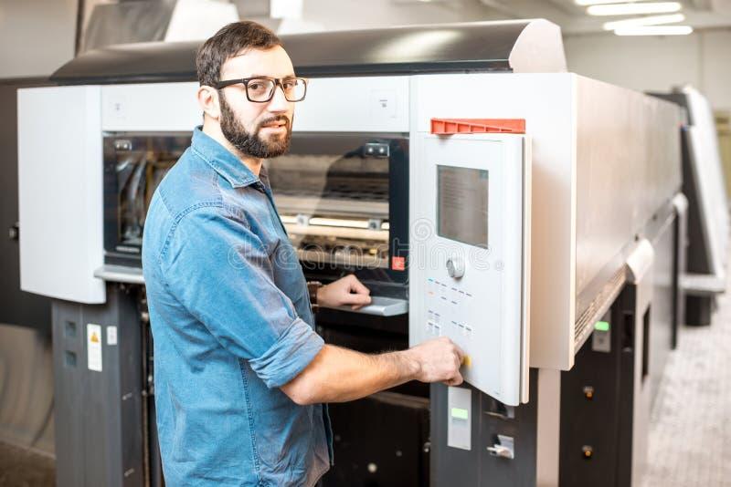 Printingoperatör som arbetar på tillverkningen royaltyfri foto
