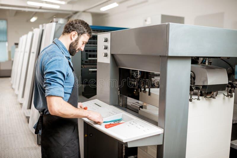 Printingoperatör som arbetar på tillverkningen royaltyfria foton