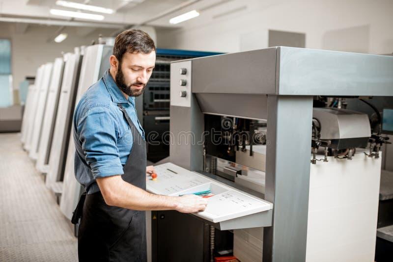 Printingoperatör som arbetar på tillverkningen fotografering för bildbyråer
