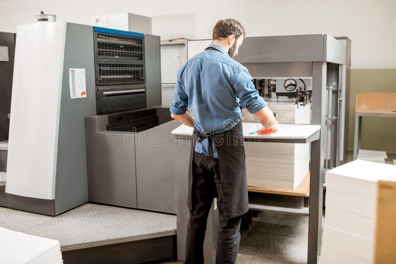 Printingoperatör som arbetar på tillverkningen arkivbilder