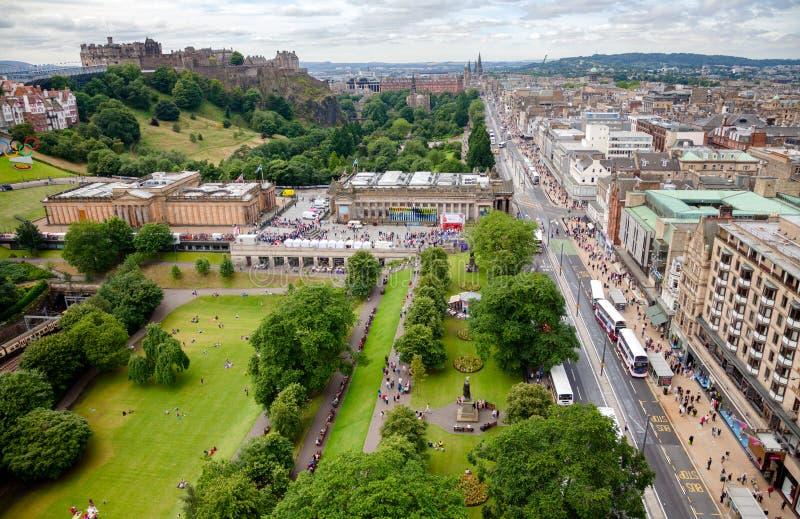 Prinzen Street Gardens und der Hügel Edinburgh Schottland Großbritannien stockfotografie