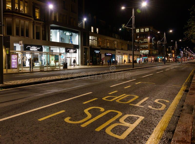 Prinzen Street nachts in Edinburgh, Schottland stockfotografie