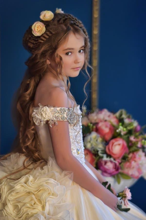 Prinzessin in einem weißen Kleid Retro- stockbilder