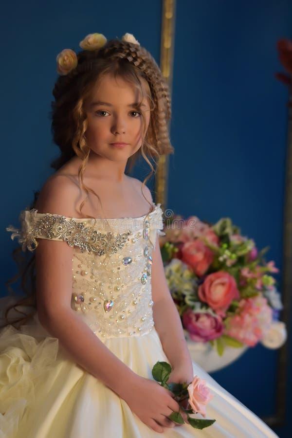 Prinzessin in einem weißen Kleid Retro- lizenzfreie stockfotografie