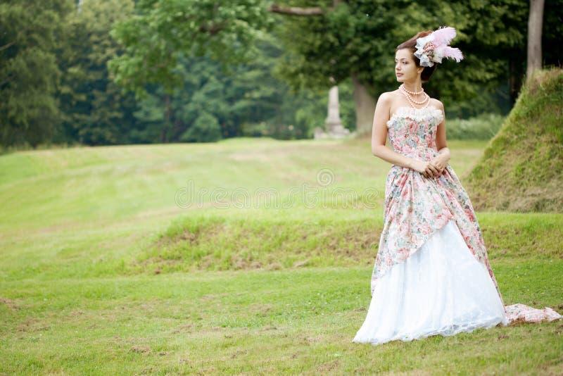 Prinzessin in einem Weinlesekleid in der Natur lizenzfreies stockfoto