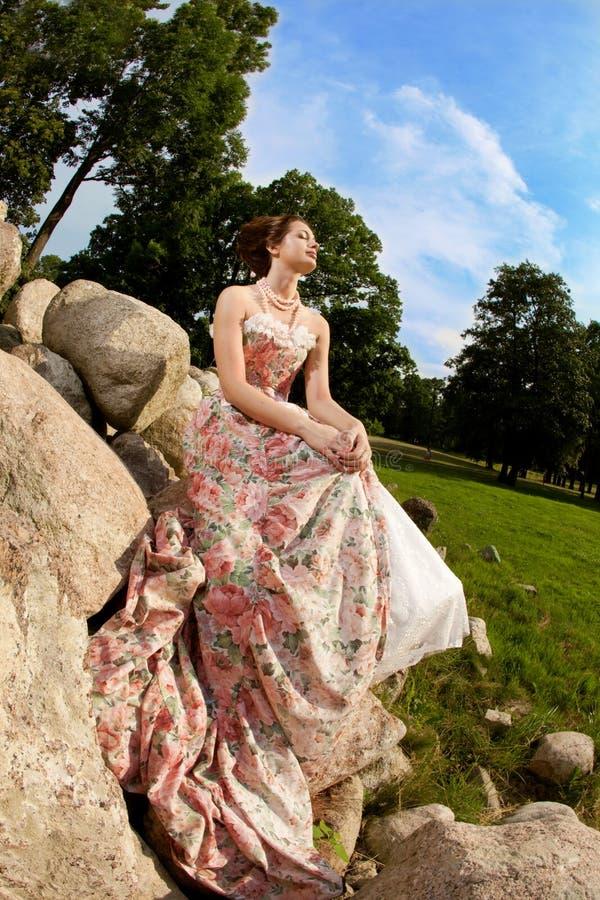 Prinzessin in einem Weinlesekleid in der Natur stockbilder