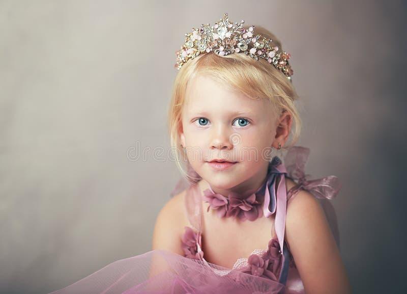 Prinzessin im rosa Kleid lizenzfreie stockbilder