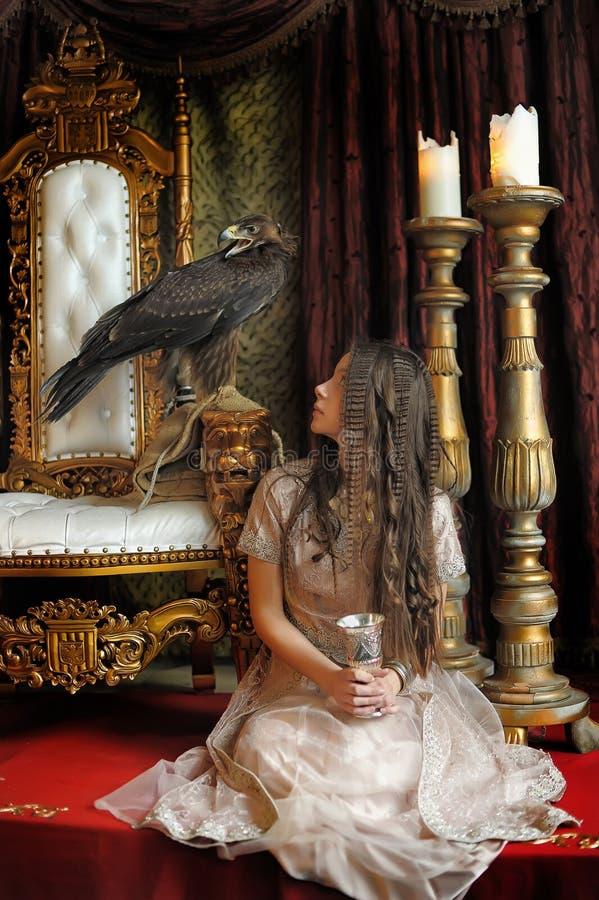 Prinzessin nahe bei dem Thron lizenzfreies stockbild