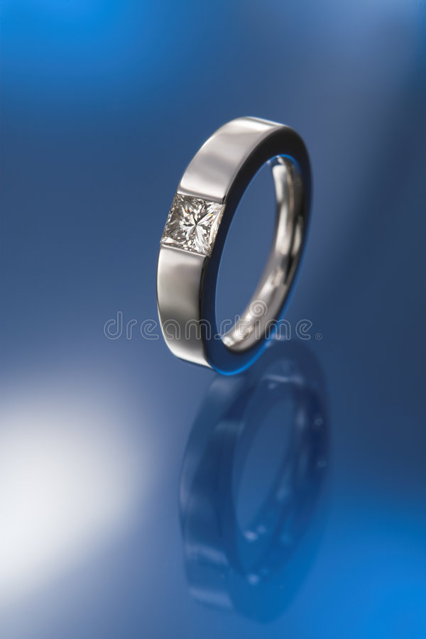 Prinzessindiamant-Verlobungsring lizenzfreies stockfoto