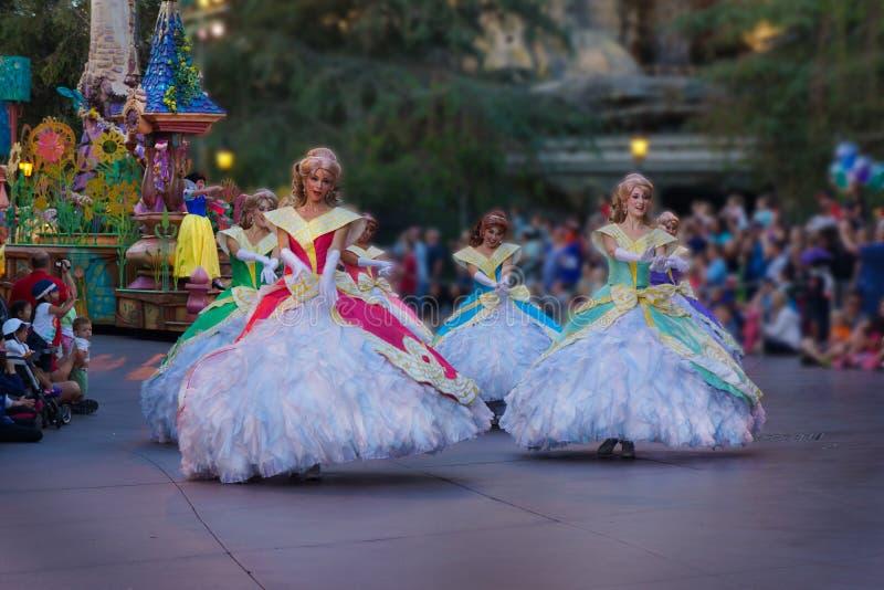 Prinzessinnen beim Disney-Paradefamilienaufpassen lizenzfreie stockfotos