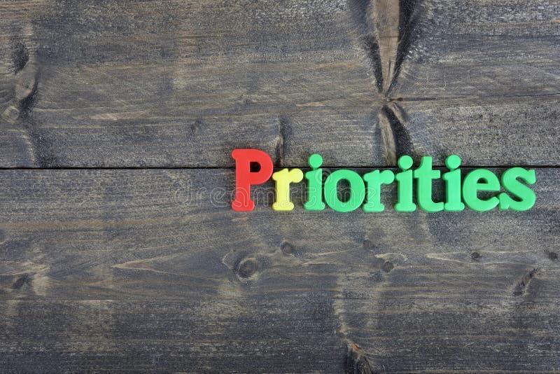 Prioridades en la tabla de madera fotos de archivo