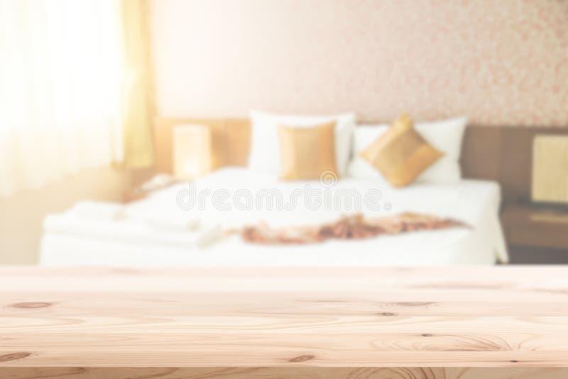 Priorità alta di legno con il fondo della camera da letto della sfuocatura immagini stock