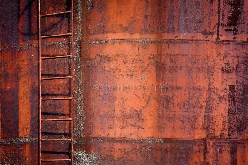 Priorità bassa arrugginita del metallo con una scaletta immagine stock libera da diritti