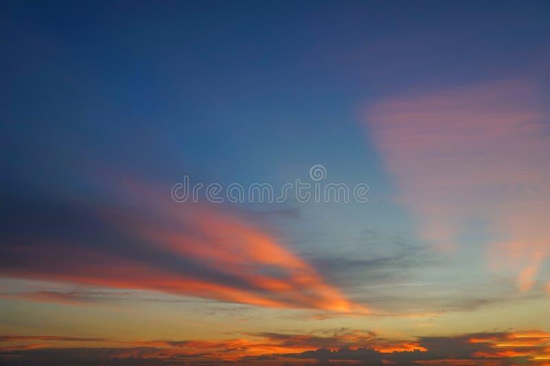 Priorità bassa astratta della natura Cielo blu drammatico con colorf arancio fotografia stock libera da diritti