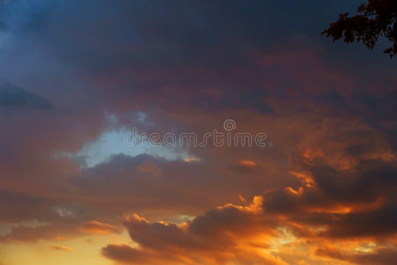 Priorità bassa astratta della natura Cielo nuvoloso porpora e blu drammatico e lunatico di rosa, di tramonto fotografia stock libera da diritti