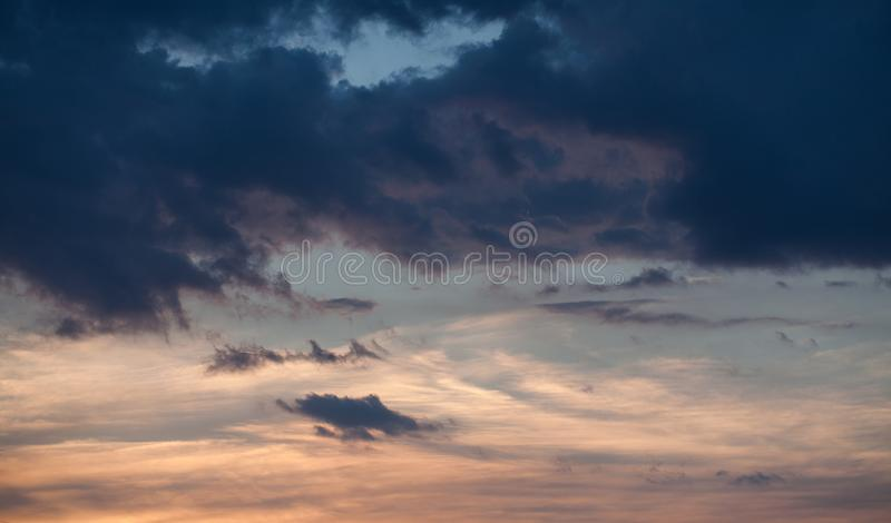 Priorità bassa astratta della natura Cielo nuvoloso porpora e blu drammatico e lunatico di rosa, di tramonto fotografia stock