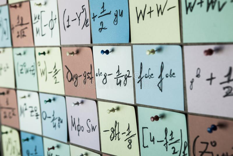 Priorità bassa con i numeri I numeri strutturano le equazioni e le formule matematiche sugli autoadesivi fotografie stock