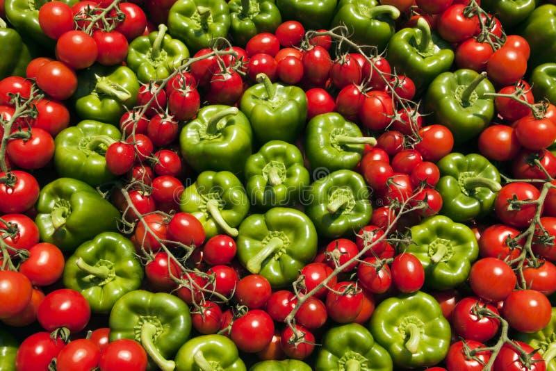 Priorità bassa dei peperoni dolci verdi e dei pomodori rossi fotografia stock