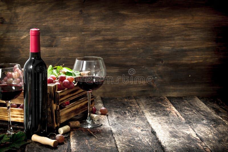Priorità bassa del vino Vino rosso con una scatola di uva fotografia stock