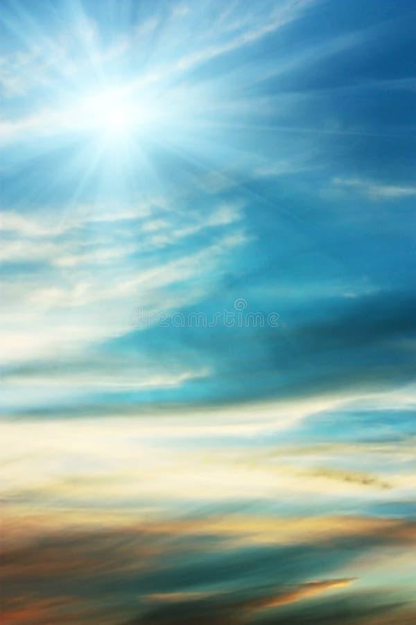 Priorità bassa dell'azzurro di cielo con le nubi wispy immagine stock