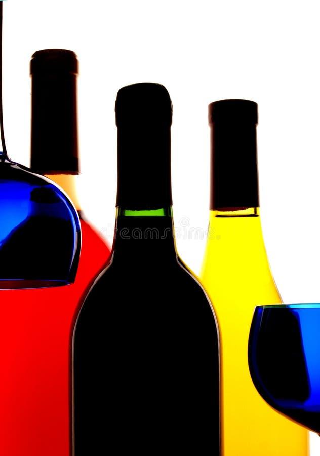 Priorità bassa delle bottiglie & di vetro di vino immagine stock libera da diritti