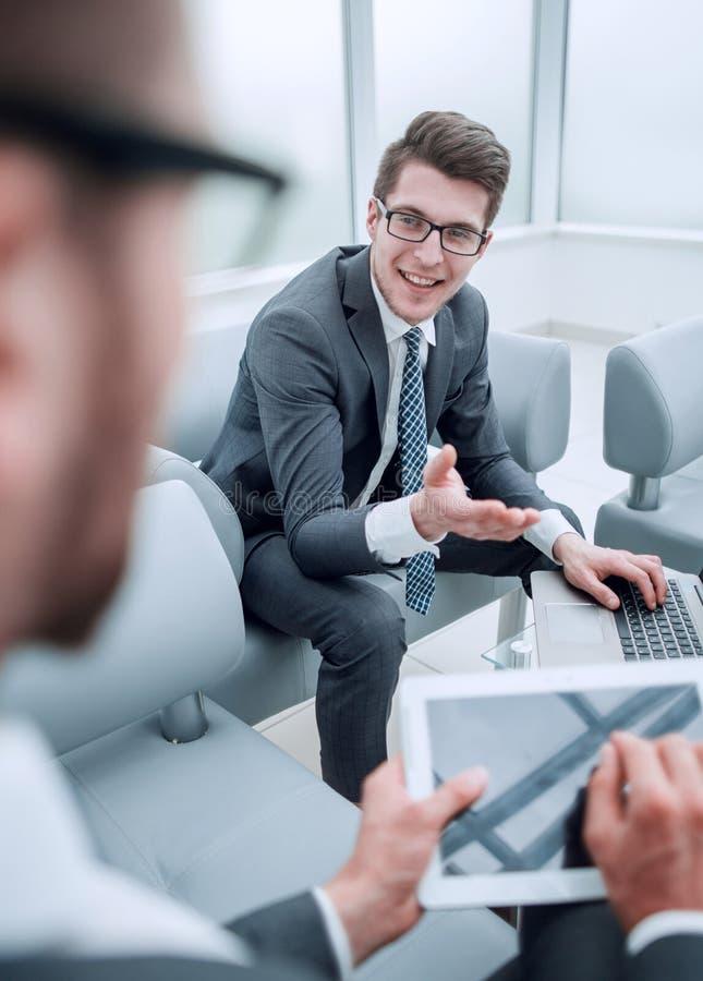 Priorità bassa di affari immagine vaga di un uomo d'affari con una compressa digitale fotografia stock