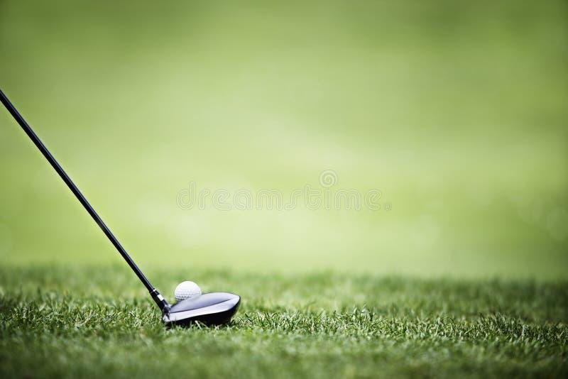 Priorità bassa di golf con il driver e la sfera. fotografia stock libera da diritti