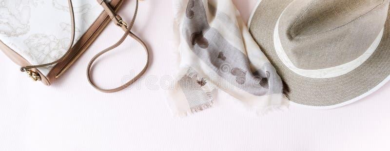 Priorità bassa di modo Accessori femminili nei colori pastelli beige immagine stock