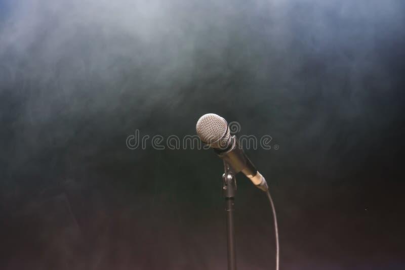 Priorità bassa di musica in diretta Luci della fase e del microfono Canti e karaoke fotografia stock libera da diritti