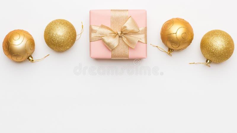 Priorità bassa di natale Belle bagattelle di rosa e del regalo e dell'ornamento di natale dell'oro isolate su fondo bianco immagine stock
