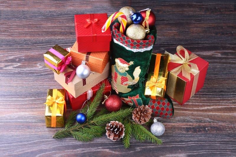 Priorità bassa di natale Calendario di arrivo e la scarpa di Santa con i regali sulla tavola di legno rustica fotografie stock
