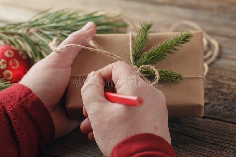 Priorità bassa di natale il maschio passa giudicare il nuovo anno presente Packe immagine stock