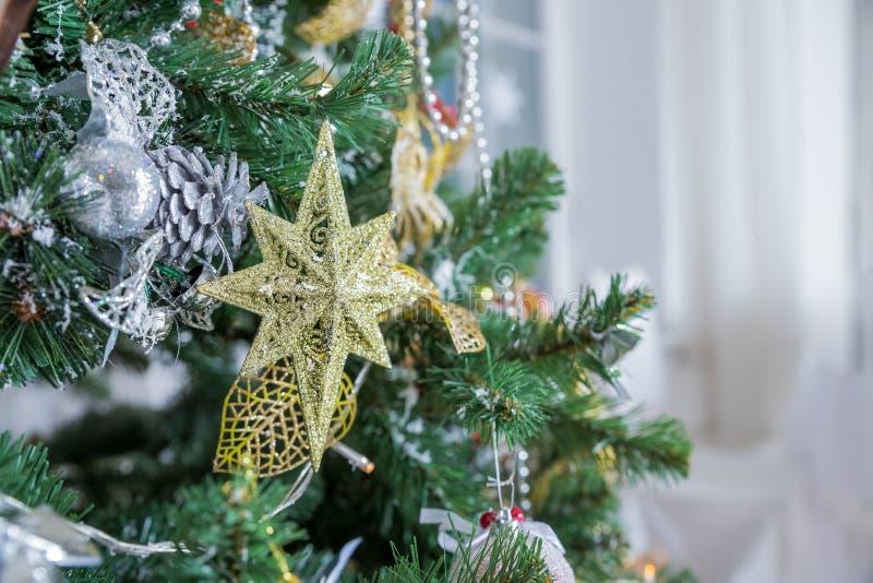Priorità bassa di natale Ornamenti variopinti di Natale con il ramo di albero dell'abete con i coni e le perle Bagattelle di Nata immagini stock libere da diritti