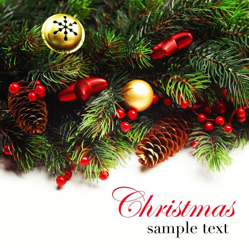 Priorità bassa di natale Pensionante di Natale con il ramo di albero dell'abete con i coni e l'ornamento Bagattelle di Natale nel fotografia stock libera da diritti