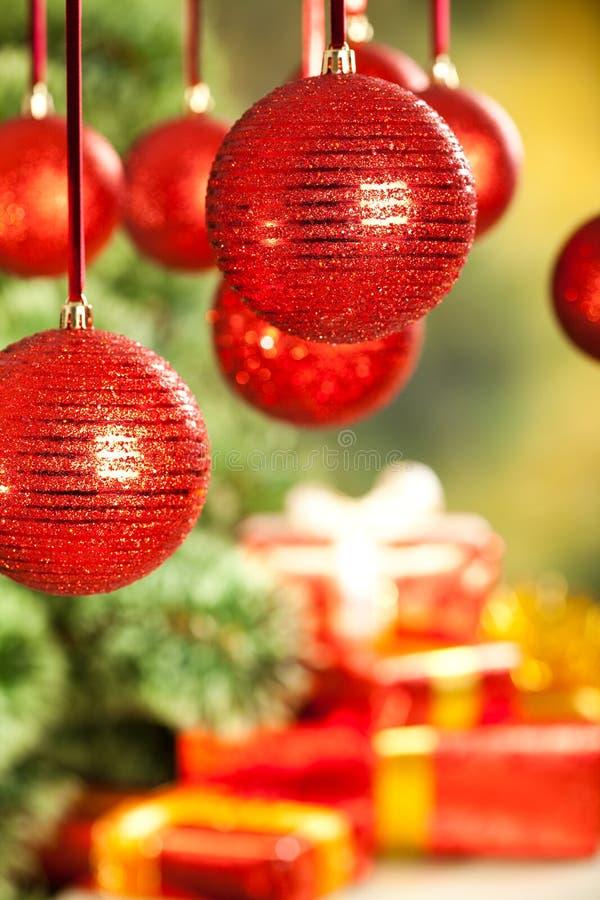 Priorità bassa di natale - regali, albero e bagattelle fotografia stock libera da diritti
