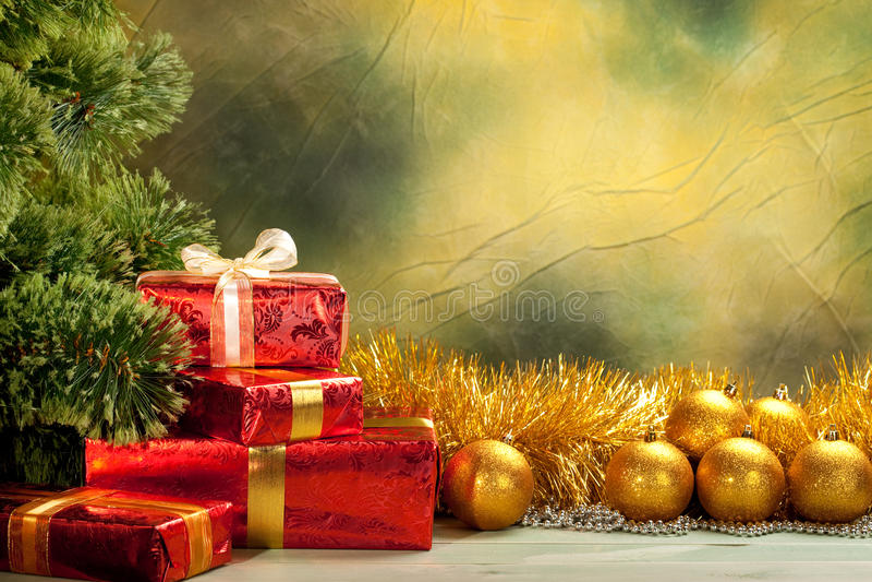 Priorità bassa di natale - sfere e regali dorati fotografia stock