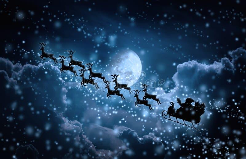 Priorità bassa di natale Siluetta del volo di Santa Claus su uno slei fotografia stock