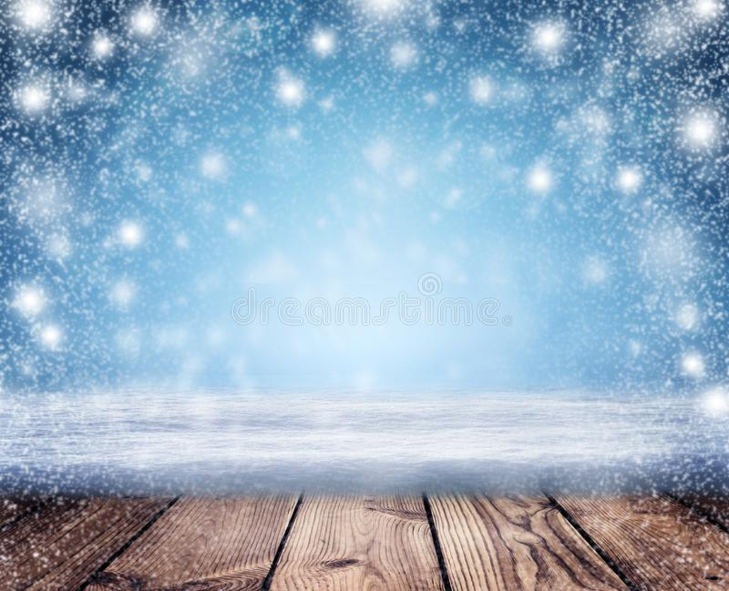 Priorità bassa di notte di natale Una bufera di neve e una tavola vuota in Th immagine stock
