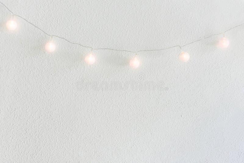 Priorità bassa di nuovo anno di natale Palle di cotone dorate pastelli d'attaccatura Garland White Wall Background Stile scandina immagine stock libera da diritti