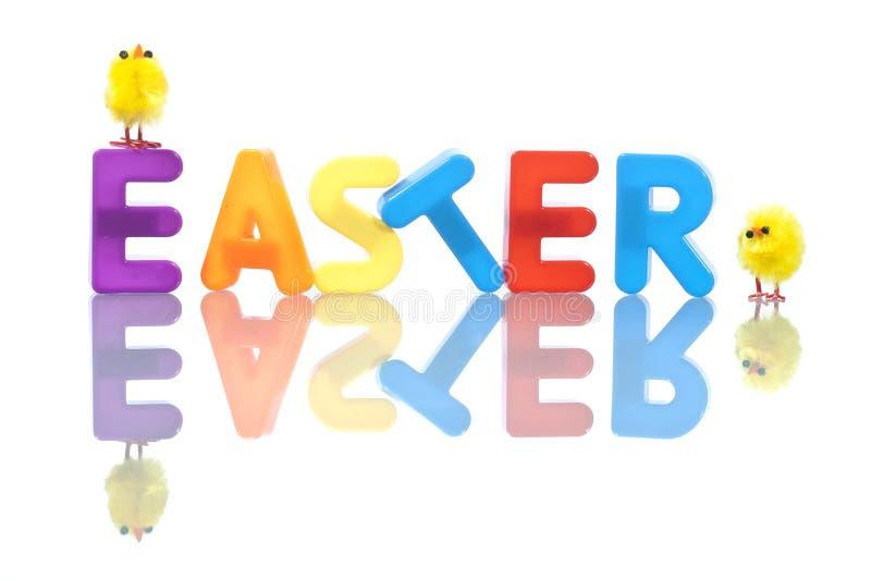 Priorità bassa di Pasqua con i pulcini gialli del bambino fotografia stock libera da diritti