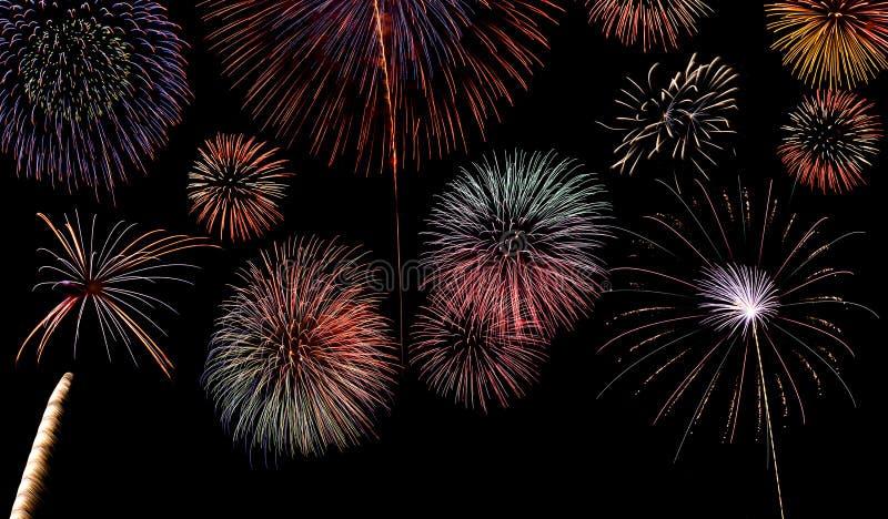 Priorità bassa di visualizzazione multipla dei fuochi d'artificio fotografie stock